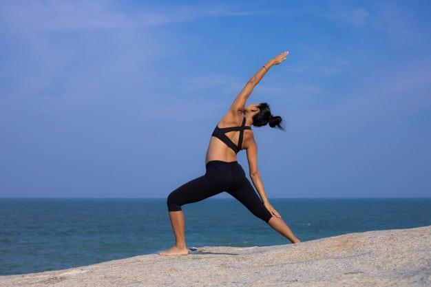 mujer embarazada asiatica yoga playa atardecer verano 1286 3343