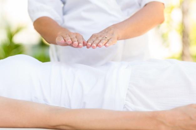 Tranquila Mujer Recibiendo Tratamiento Reiki 13339 259723 1