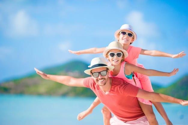Padre E Hijos Disfrutando Vacaciones Verano Playa Tropical 109800 4071